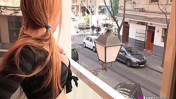 Española teen quiere follarse a un vecino maduro que le pone cachonda