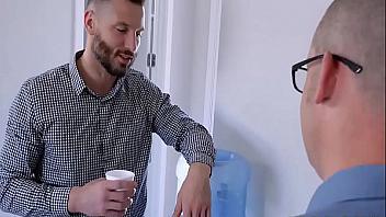 La puta de la jefa le pide polla a uno de sus empleados