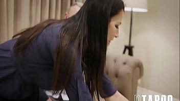 Madura se resigna a compartir la polla de su novio con su propia hija
