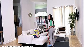Lesbianas maduritas se follan a la chica de la limpieza
