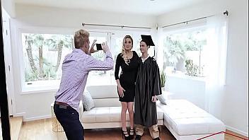 Su madre le prometió que le follaría como una puta si se graduaba
