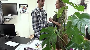 Se folla a su futura jefa española en una entrevista de trabajo