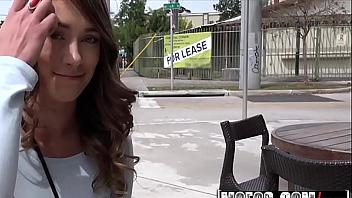 Zorrita americana follando en medio de la calle por dinero