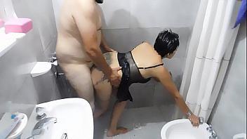 Cornudo graba a su esposa follando con el feo del vecino