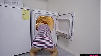 Se venga de su hermanita follándola mientras está atrapada en la lavadora