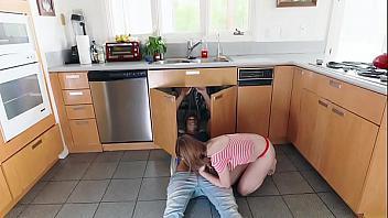 Jovencita le come la polla al fontanero y se lo folla fuerte