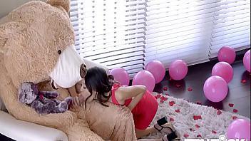 Se disfraza de oso de peluche para follarse a su hermanita en su cumpleaños