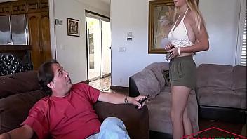 Se folla a su hija cuando descubre que es una puta a la que le va la marcha