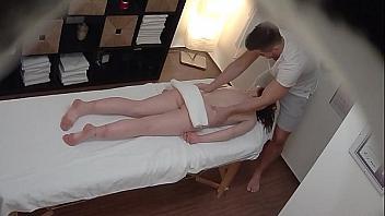 Masajista graba con cámara oculta como se folla a su cliente