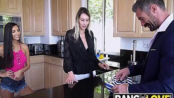 Teen cachonda sorprende a su padre follándoselo como regalo de cumpleaños