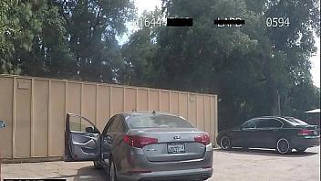 Putita se folla a un policía en la calle para evitar que la detenga