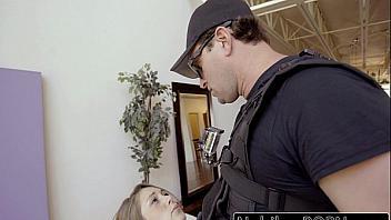 Zorra muy puta deja que un policía la folle delante de su marido para que no la detenga
