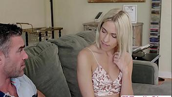 Su hija quiere comerle la polla y que se la folle desesperadamente