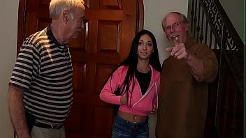 Viejo se folla brutalmente a su joven enfermera que es un poco puta