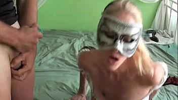 Su marido le revienta el culo y ella se masturba el coño a la vez