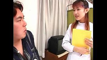 Enfermera no se resiste a hacerle una paja a uno de sus pacientes