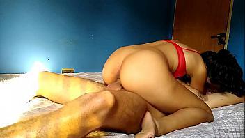 Latina cabalga muy fuerte con una buena verga metida en su coño