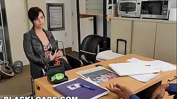 Putita dispuesta a follar con un negro en una entrevista de trabajo