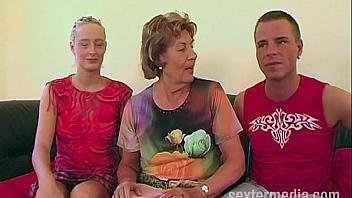 Viejita celebra su 80 cumpleaños con un trio de sexo
