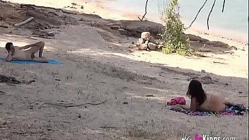 Dogging español: putita busca verga en una playa nudista