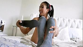 Asiática desea que su novio se la folle rápido y satisfaga su coño