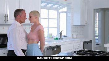Chica emo folla con el padre de su amiga