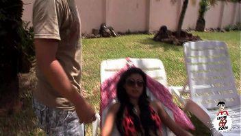Latina ricachona se folla a su sirviente en el jardín de casa