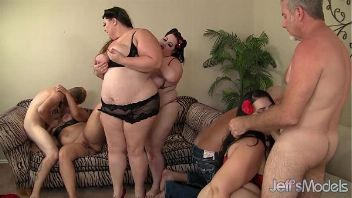 Un grupo de gorditas folla con tres hombres en una orgía