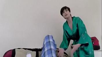 Madre viola a su hijo porque le pica mucho el coño