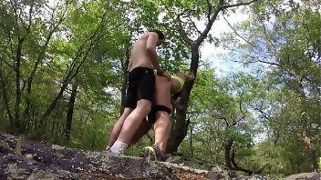 Mexicana sale de caminata y acaba follando en el bosque
