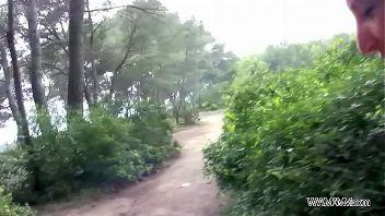Turista inglesa folla en el bosque y recibe una corrida
