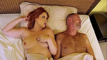 Cornudo contrata a un gigoló para que folle a su mujer delante de él