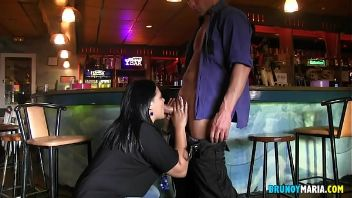Camarera obesa disfruta de un stripper y de su polla en su local