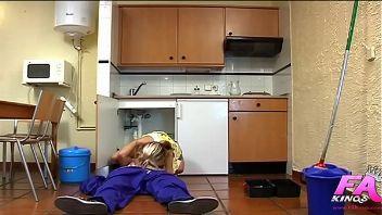 Sorprende al fontanero con una follada brutal en la cocina