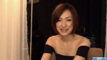 Modelo japonesa demuestra en cámara que las mujeres asiáticas dan buenas mamadas