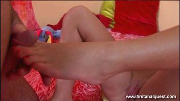 Jovencita gordibuena es follada por primera vez por su estrecho culo gordo