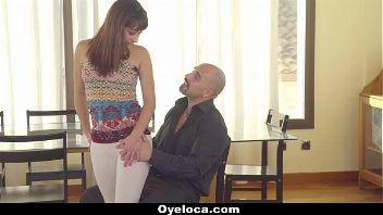 El padre de una jovencita virginal llama a un pervertido profesor de flamenco para que le de clases particulares