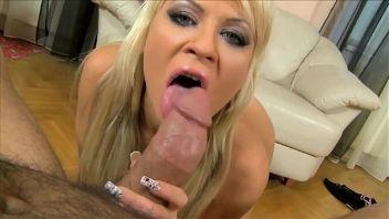Excitante y provocativa chica rubia no tiene ningún problema en dar una mamada mientras es grabada desde muy cerca