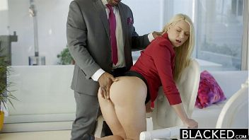 Chica linda busca trabajo como asistente pero termina siendo follada por un negro