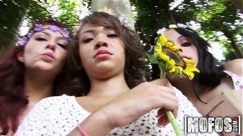 Chicas jóvenes y hippies protestan para evitar que tumben un árbol y el el proceso se calientan como guarras
