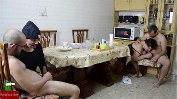 Dos parejas de amigos se reúnen por la mañana para tener sexo en la mesa