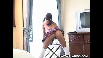 Colegiala joven y latina seduce al novio de su madre cuando están a solas