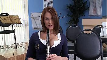 Profesor de música se folla a su alumna para que practique más