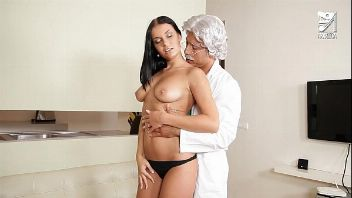 Mexicana Victoria Blaze visita al Dr. Evert Geinstein para chuparle su verga