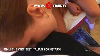 Una joven chica italiana es abordado por un hombre turista quien la convence poco a poco para follar en su hotel