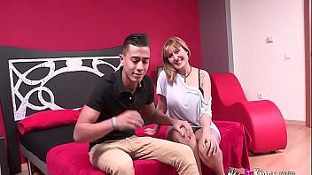 La española madura más tetona y viciosa inicia a un jovencito en el sexo