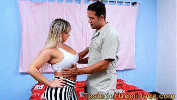 Brasileña seduce al electricista cuando su esposo no se encuentra en casa
