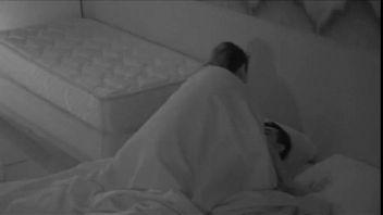 Grabe a mi novia en la noche con una cámara oculta mientras teniamos sexo
