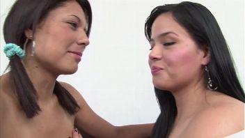 Chica inocente en su primera escena sexual y traen a una chica para enseñarle como debe tener sexo lesbico