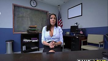 Secretaria quiere conseguir el puesto de trabajo usando sus tetazas y coño de puta